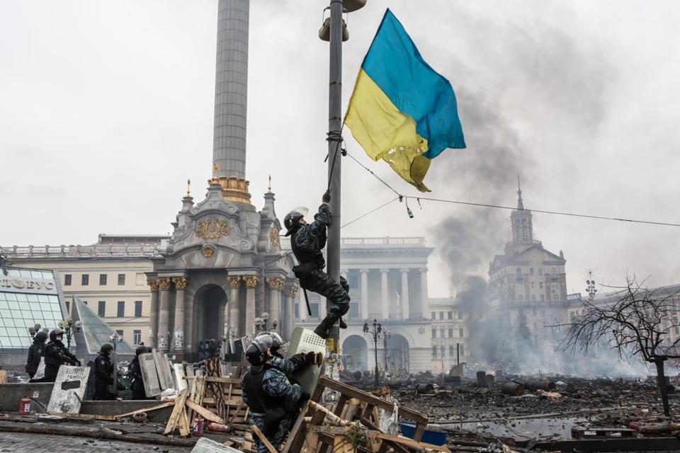 Riot police hung a Ukrainian flag from a street light on Independence Square.