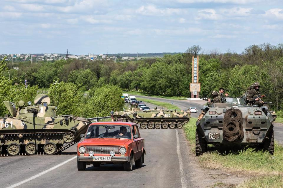The Ukrainian army manned a checkpoint Tuesday set up on the edge of Slovyansk, part of its efforts to to expunge pro-Russia forces from the eastern city.