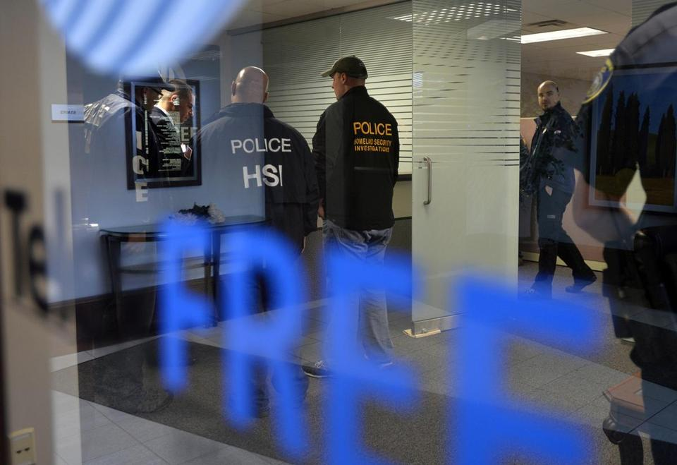 En este Martes, 15 de abril 2014, la foto Investigadores de Seguridad Nacional de telecomunicaciones de raid y comercialización de la consejería TelexFree en Marlborough.