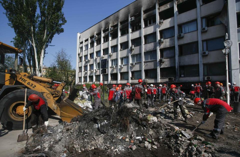 Workers removed barricades and debris in front of the City Hall in Mariupol, Ukraine, on Wednesday.