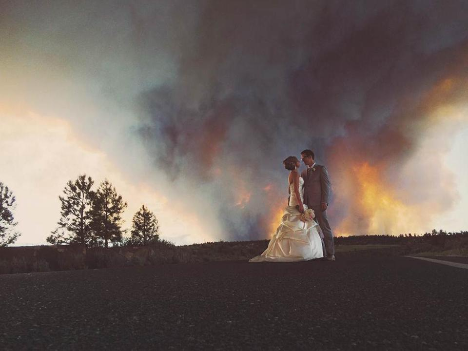A wildfire that disrupted an Oregon couple's wedding also gave them the photograph of a lifetime.