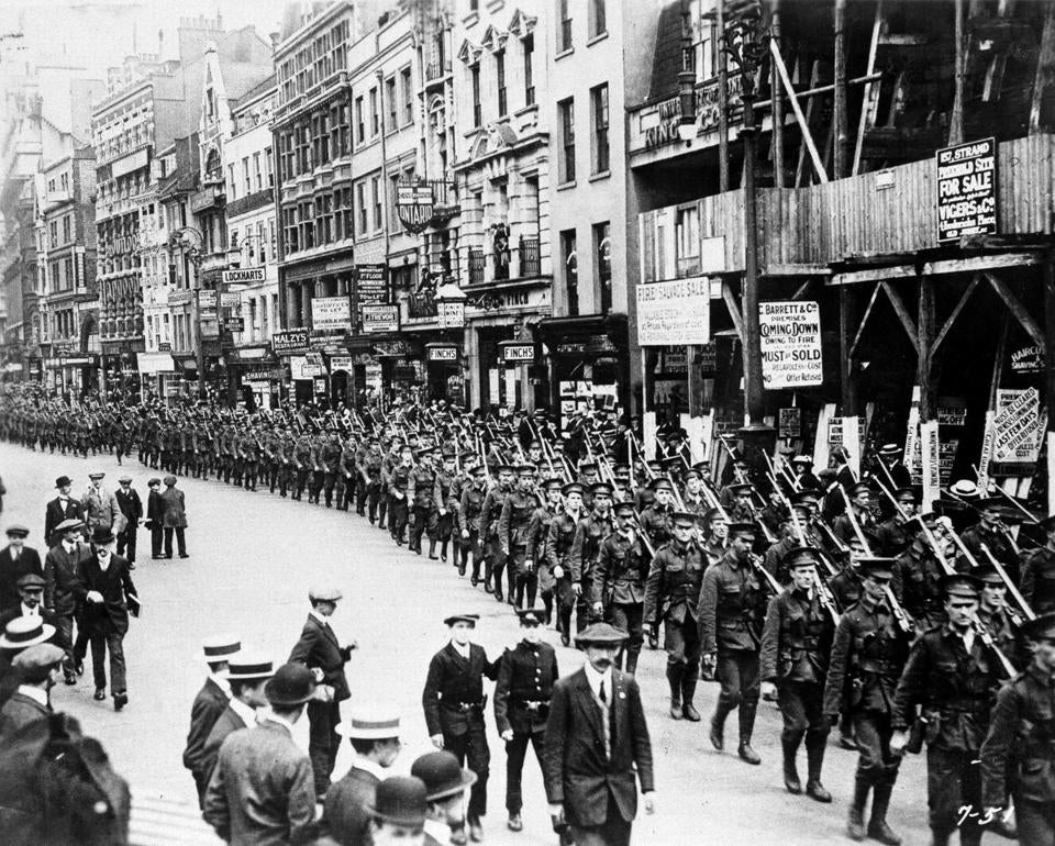 A London volunteer infantry regiment paraded through the streets of the city to encourage enlistment.