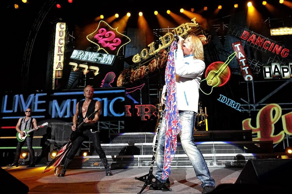 7.4.709909633_LIfestyle_04kiss The British rock band Def Leppard with lead vocalist Joe Elliott performs at the Xfinity Center in Mansfield, Mass., Friday, August 1, 2014. (Robert E. Klein for the Boston Globe)