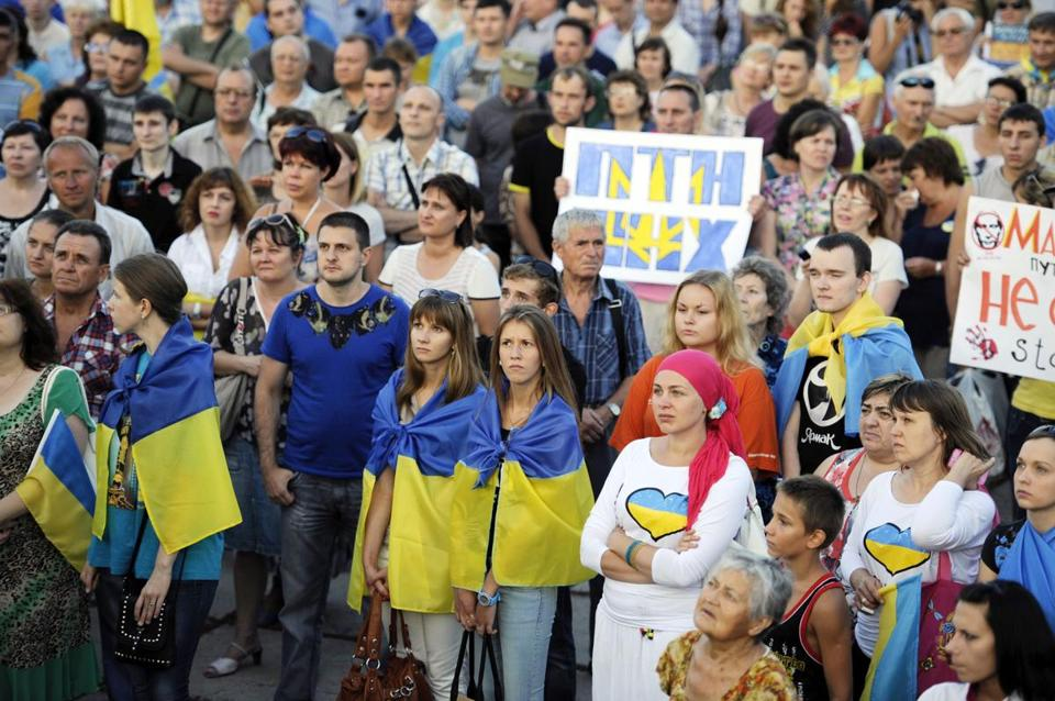 Several thousand people protested Russian actions during a rally in the center of the southern Ukrainian city of Mariupol in the Donetsk region on Thursday.