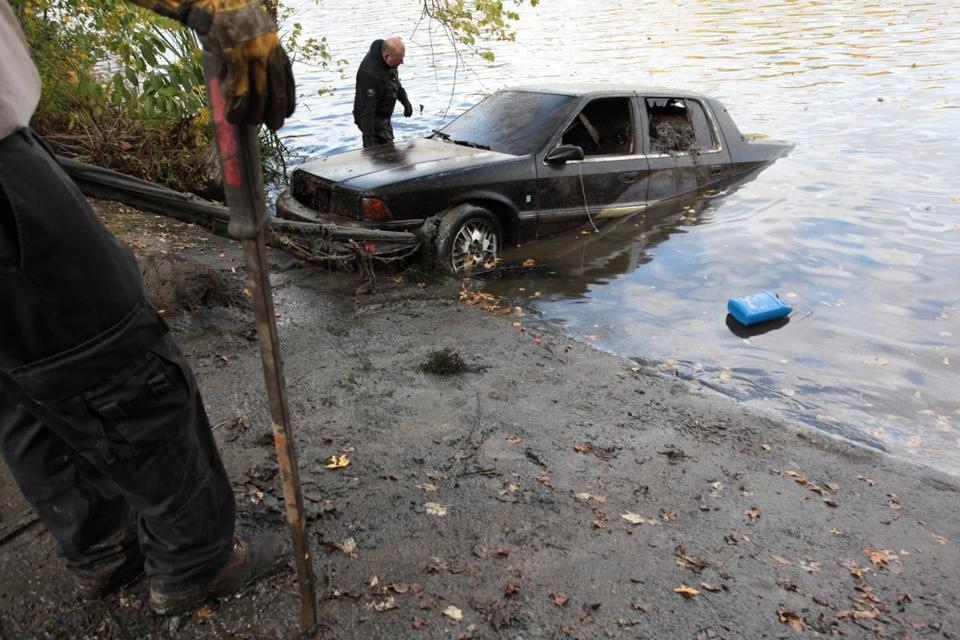 Crews have removed more than 50 cars from Merrimack River - The Boston Globe