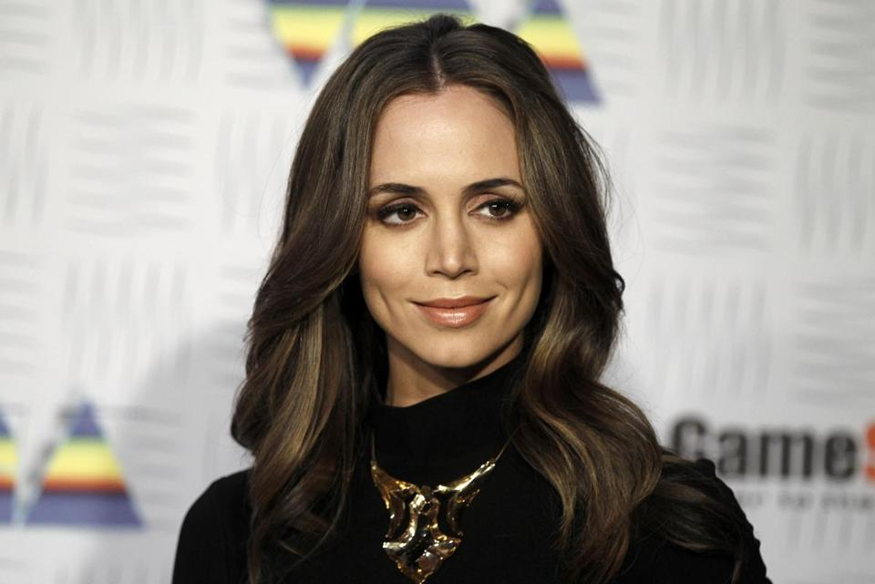 Actress Eliza Dushku accuses stuntman of molestation when she was 12