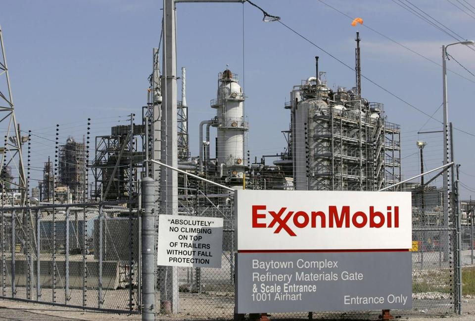 A view of the Exxon Mobil refinery in Baytown, Texas, in this September 15, 2008 file photo. To match Insight USA-FED/EMPLOYMENT REUTERS/Jessica Rinaldi/Files