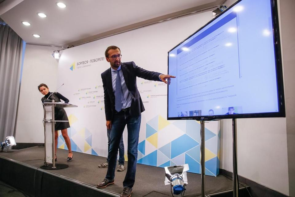 epa05498769 Sergiy Leschenko (C), a deputy of the 'Petro Poroshenko Bloc' political party, points at an information screen as he speaks to the media during a news conference in Kiev, Ukraine, 19 August 2016. Woman on left is not identified. The topic of the media briefing was 'Paul Manafort on Yanukovich service: proofs from the 'shadow accountancy' of the former Party of Regions' about a firm run by US businessman and Republican Party presidential candidate Donald Trump's campaign chairman Paul Manafort, who reportedly directly orchestrated a covert Washington lobbying operation on behalf of Ukraine's ruling political party, attempting to sway the American public's opinion in favor of the country's pro-Russian government, during the presidential period of Victor Yanukovich, according to a report of the Ukrainian Independent Information Agency (UNIAN). EPA/ROMAN PILIPEY