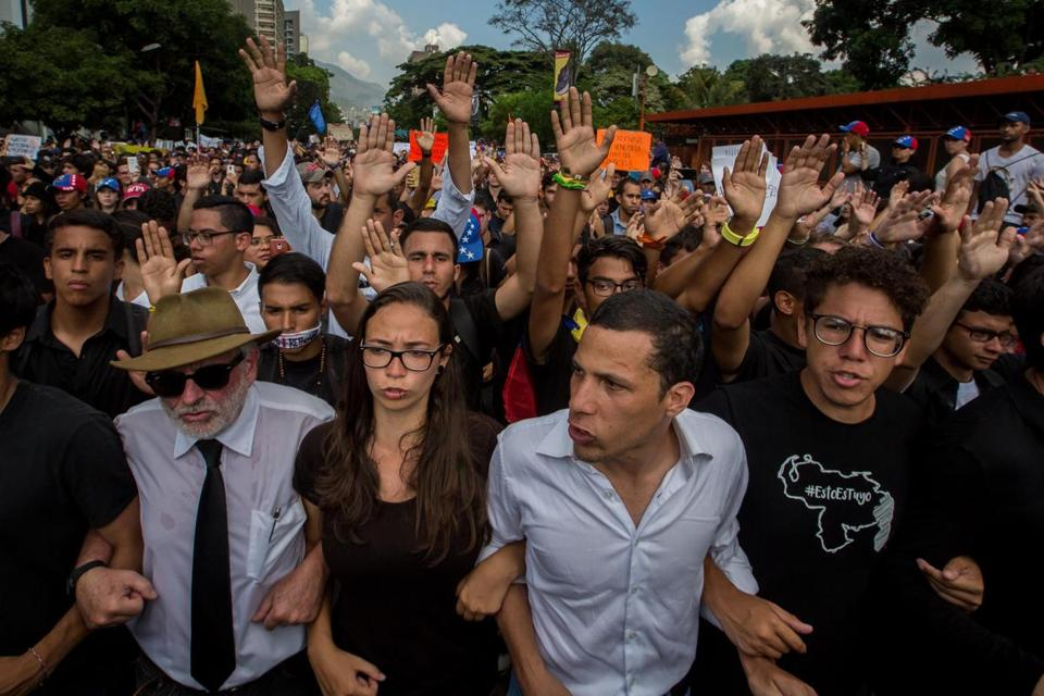 epa05931909 Demonstrators participate in a rally to pay tribute to a student who died during a protest in Caracas, Venezuela, 27 April 2017. Opposition leaders, classmates, artists and citizens payed tribute to 20-year-old Juan Pablo Pernalete Llovera who died yesterday during an anti-government protest. EPA/MIGUEL GUTIERREZ
