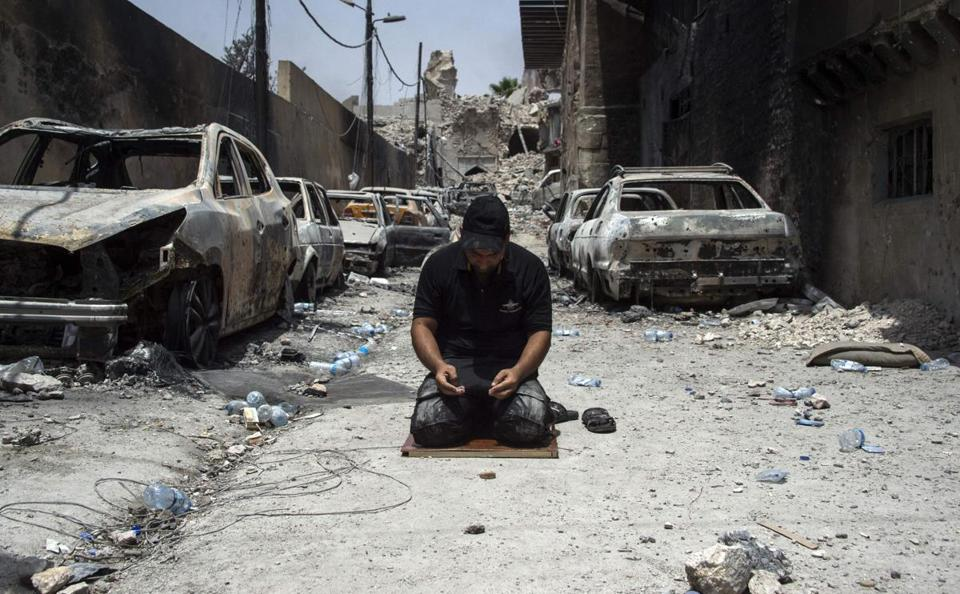 TOPSHOT - An Iraqi Counter-Terrorism Services (CTS) member prays in the Old City of Mosul on July 3, 2017 during an ongoing offensive to retake the city from Islamic State (IS) group fighters. Iraqi forces have been closing in on the Old City in west Mosul for months, but the terrain combined with a large civilian population has made for an extremely difficult fight. / AFP PHOTO / Fadel SENNAFADEL SENNA/AFP/Getty Images