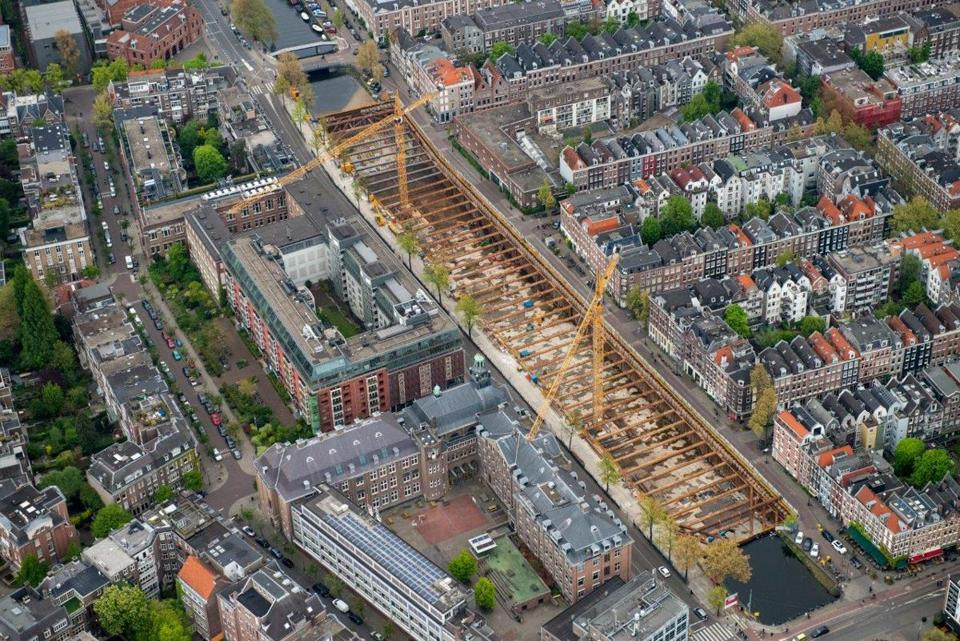 Construction crews are building a two-floor parking garage with 600 spaces for vehicles and 60 spots for bicycles underneath the Boerenwetering, a canal in the heart of the Oude Pijp neighborhood, which is sorely in need of parking.