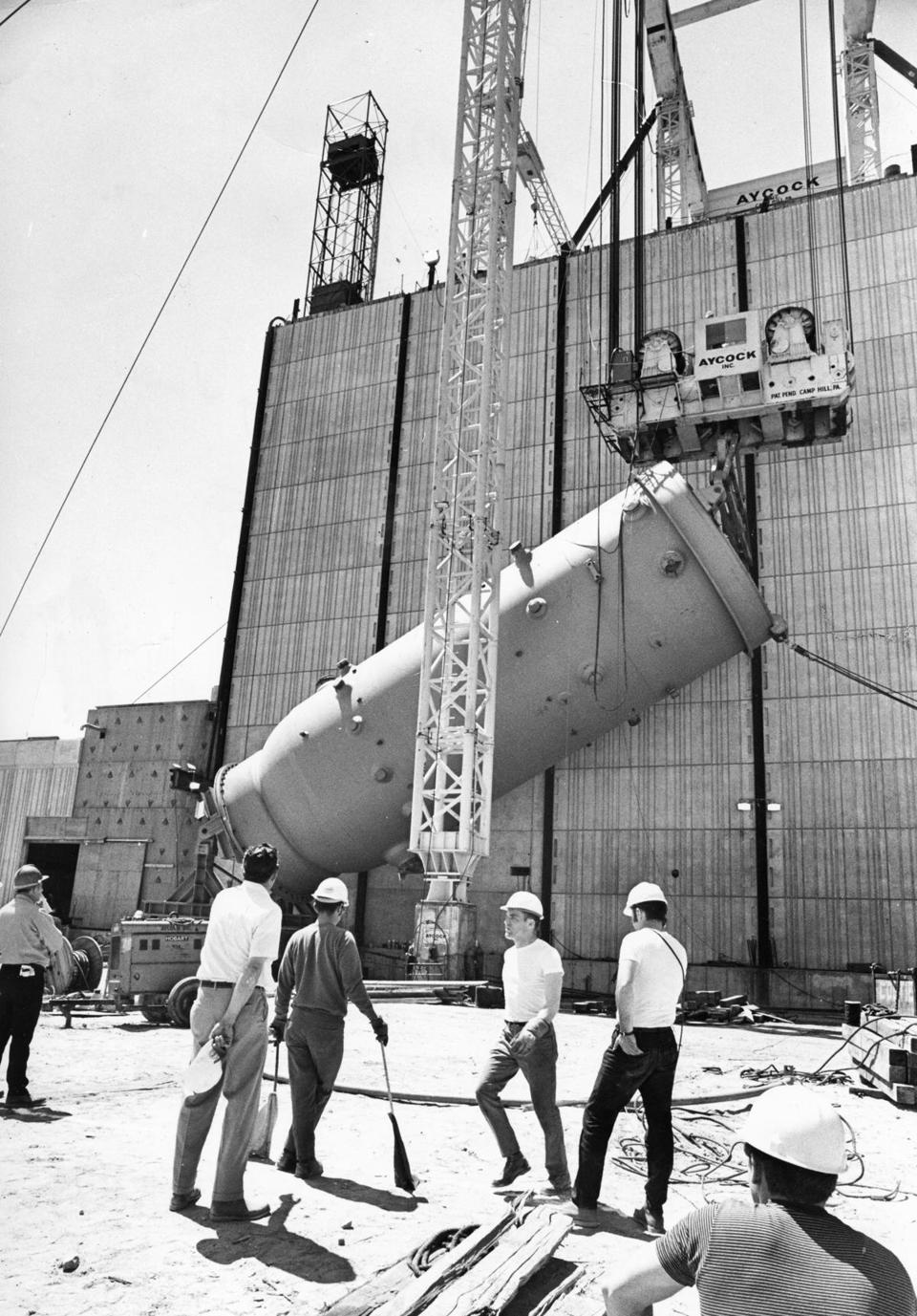 Plymouth, MA - 5/24/1970: The 512-ton nuclear reactor is hoisted up and into Edison's new Pilgrim Nuclear Power Station in Plymouth, Mass., May 24, 1970. (Bill Ryerson/Globe Staff) --- BGPA Reference: 151013_EF_001