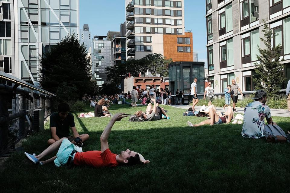 NEW YORK, NY - AUGUST 10: People enjoy a summer afternoon along the High Line in lower Manhattan on August 10, 2017 in New York City. New York City and much of the East Coast has been experiencing days of warm weather and bright sunshine, bringing millions of New Yorkers and tourists alike to parks, beaches and other outdoor city venues. (Photo by Spencer Platt/Getty Images)