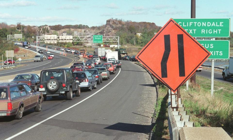 FROM MERLIN ARCHIVE DO NOT RESEND TO LIBRARY Revere, MA--Route 1 northbound traffic squeezes into 1 lane during fence construction along the median strip. (To go with Beth Daley story.) Library Tag 03062008 Globe North 1,2,3
