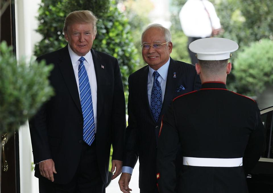 WASHINGTON, DC - SEPTEMBER 12: U.S. President Donald Trump (L) welcomes Prime Minister Najib Abdul Razak (2nd L) of Malaysia outside the West Wing of the White House September 12, 2017 in Washington, DC. Prime Minister Razak is on a three-day visit in Washington. (Photo by Alex Wong/Getty Images)