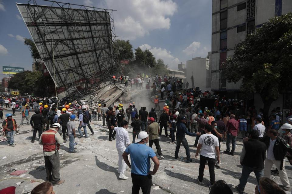 Rescue workers and volunteers searched a building that collapsed after an earthquake in the Roma neighborhood of Mexico City on Tuesday.