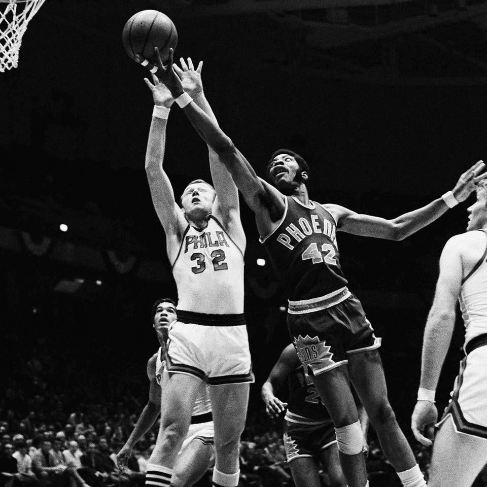 Connie Hawkins (right) jousts for a rebound with Philadelphia's Billy Cunningham.