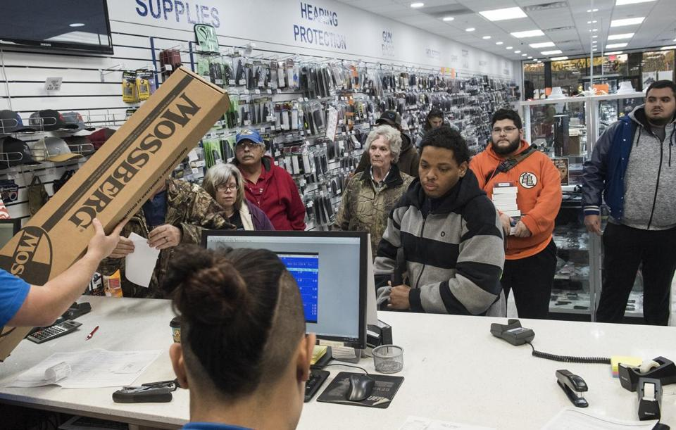 U.S.  gun background checks hit new record on Black Friday