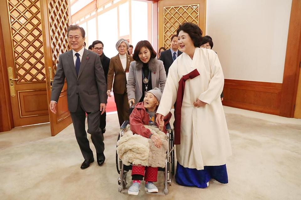 S Korea to unveil decision over 'comfort women' deal with Japan