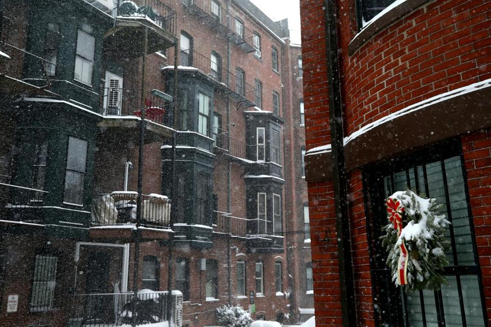 BOSTON, MA - JANUARY 4: Snow falls in the South End neighborhood during a massive winter storm on January 4, 2018 in Boston, Massachusetts. Schools and businesses throughout the Boston area are closed as the city is expecting over a foot of snow and blizzard like conditions throughout the day. (Photo by Maddie Meyer/Getty Images)