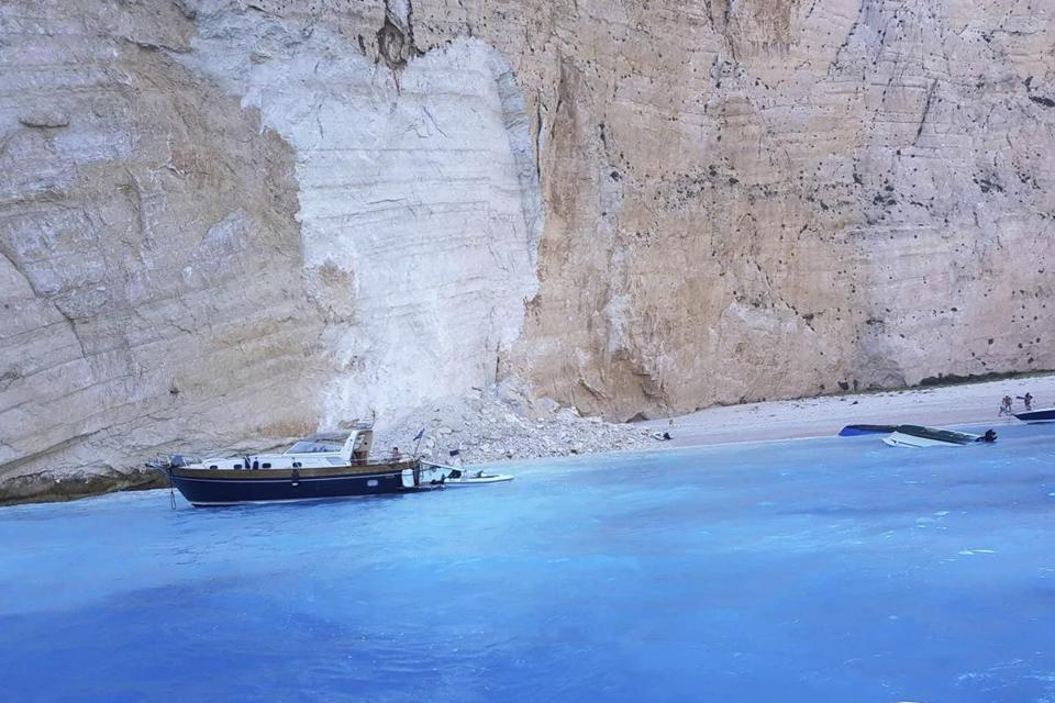 Zakynthos rockfall: Greece tourists film aftermath of cliff collapse ZlotoNews
