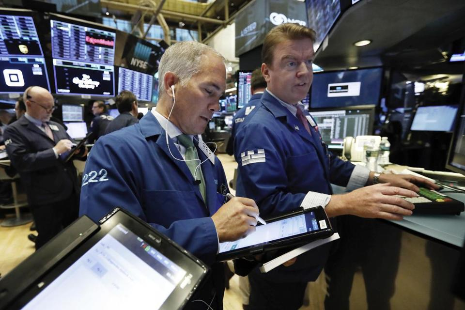 US stocks trade lower amid Apple losses