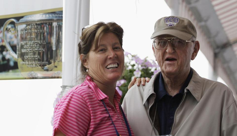Dan Jenkins (right), with his daughter, sportswriter Sally Jenkins, in 2009.