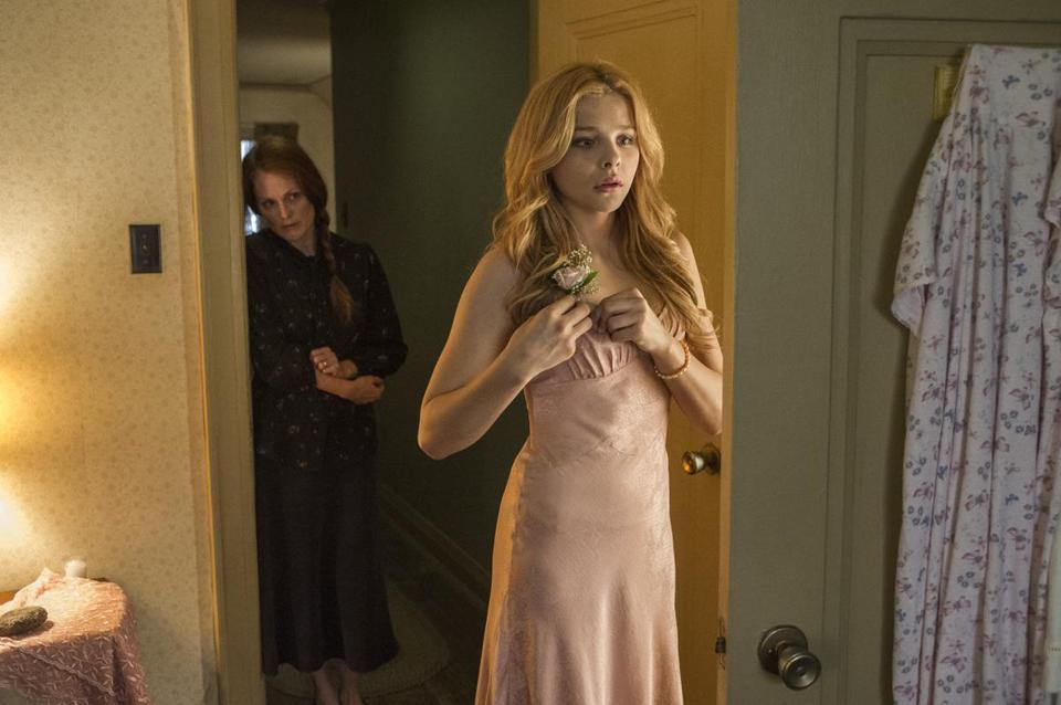 Julianne Moore (left) and Chloe Moretz star in Metro-Goldwyn-Mayer Pictures and Screen Gems' CARRIE. 17carrie