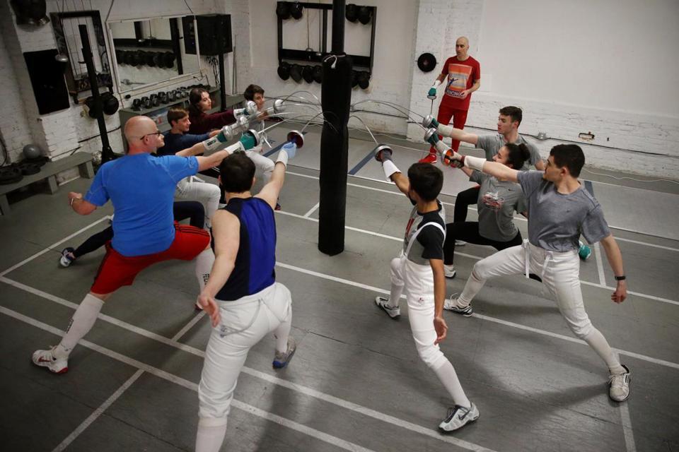 The palatih Iliya Meshkov diawaskeun siswa prakték slot dina Bay Propinsi Fencers.