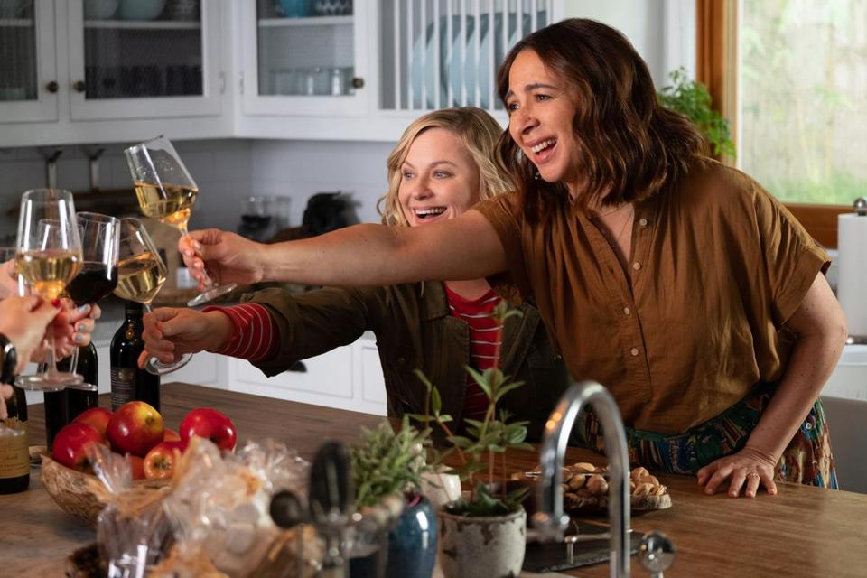 Amy Poehler and Maya Rudolph in the Netflix series Wine Country.