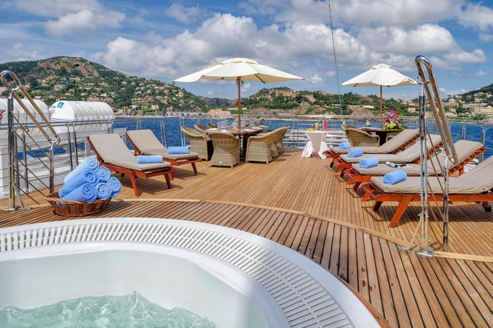 14namesyacht - The jacuzzi deck on the Christina O. (Stef Bravin)
