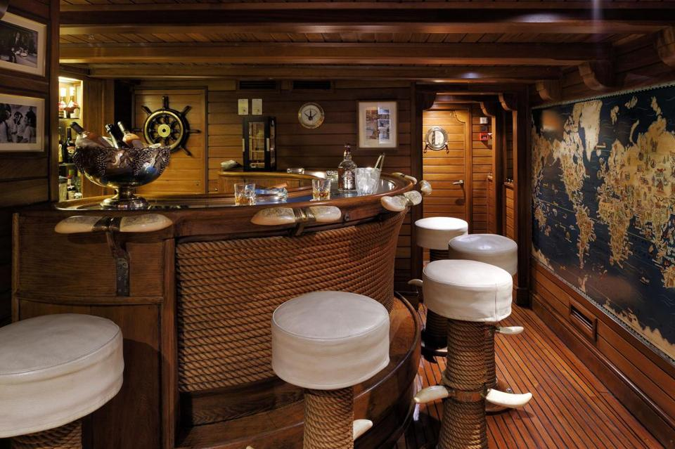 14namesyacht - A bar aboard the Christina O. (Stef Bravin)