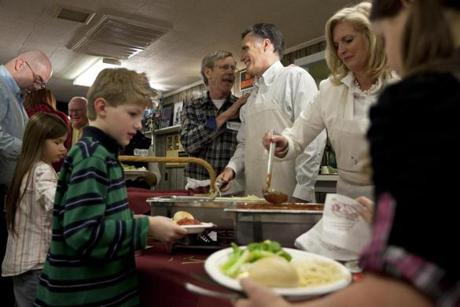 Mitt Romney chatted with Alex Ray, owner of the Common Man restaurant in Ashland, N.H., while serving spaghetti dinner with his wife, Ann, at the VFW hall in Ashland yesterday.