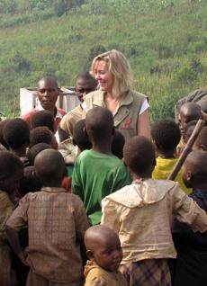 Linda Mason, chairwoman of the relief organization Mercy Corps, with children in the Democratic Republic of Congo.