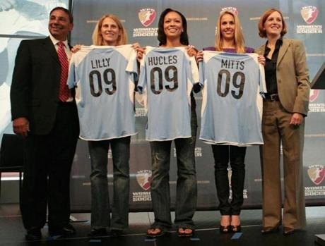 The Boston Breakers tried to make a splash in 2008 when the announced coach Tony DiCicco, left, would return with players Kristine Lilly, Angela Hucles and Heather Mitts on his squad. At right was WPS commissioner Tonya Antonucci.