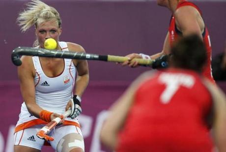 Netherlands' Sophie Polkamp (L) looks on as Great Britain's Anne Panter controls the ball during their women's group A hockey match at the Riverbank Arena at the London 2012 Olympic Games August 6, 2012. REUTERS/Sergio Moraes (BRITAIN - Tags: SPORT OLYMPICS FIELD HOCKEY)