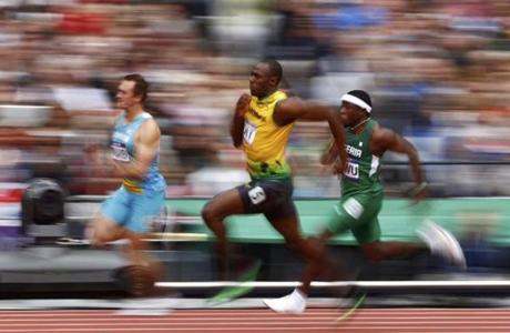 Jamaica's Usain Bolt (C) runs to a first place finish in his men's 200m round 1 heat at the London 2012 Olympic Games at the Olympic Stadium August 7, 2012. REUTERS/Kai Pfaffenbach (BRITAIN - Tags: OLYMPICS SPORT ATHLETICS)