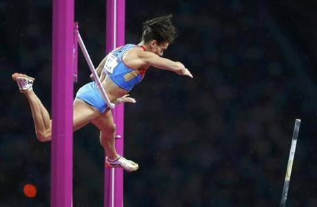 Russia's Yelena Isinbayeva fails to clear the bar in the women's pole vault final during the London 2012 Olympic Games at the Olympic Stadium August 6, 2012. REUTERS/Mark Blinch (BRITAIN - Tags: SPORT ATHLETICS OLYMPICS TPX IMAGES OF THE DAY)