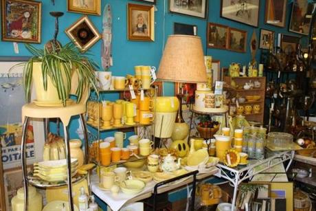 Indie shop Retro Rose has collections of 1950s, '€˜60s, and '€˜70s glassware, lamps, furniture, kitchen accessories and arranged by color.