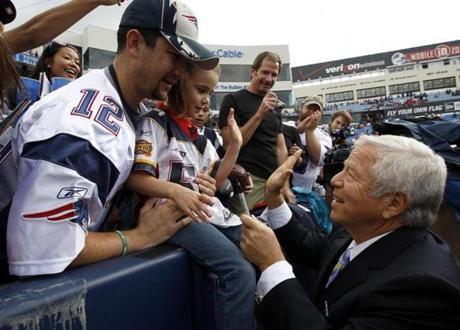 Patriots owner Robert Kraft greeted Patriots fans Shawn Johnson and his daughter Samantha, both from California, bef