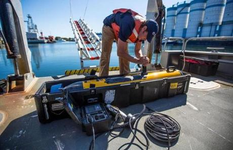 Harvey Duplantis,a marine operations engineer, readied a Bluefin-9 unmanned underwater vehicle for a demonstration.
