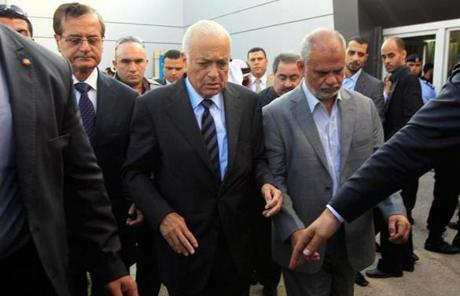 Arab League chief Nabil Elaraby (third left) met with Hamas's Atallah Abu Sibah (right) in Gaza.