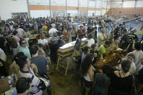 epa03558993 Relatives of the victims identify the bodies following a fire at the 'Kiss' nightclub in Santa Maria, 286 km from Porto Alegre, Rio Grande do Sul state, Brazil, early 27 January 2013. According to the latest reports, at least 232 people died and 48 were injured in the Kiss nightclub fire, believed to have started after a performing band lit fireworks. EPA/Neco Varella