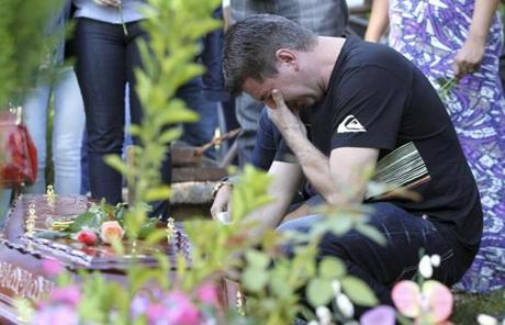 Cladimir Callegari, father of Mariana Callegari, one of the victims of a fire at Boate Kiss nightclub cries during her funeral in the southern city of Santa Maria, 187 miles (301 km) west of the state capital Porto Alegre January 28, 2013. The nightclub fire killed at least 232 people in Santa Maria early on Sunday when a band's pyrotechnics show set the building ablaze and fleeing partygoers stampeded toward blocked and overcrowded exits in the ensuing panic, officials said. REUTERS/Edison Vara (BRAZIL - Tags: DISASTER OBITUARY TPX IMAGES OF THE DAY)