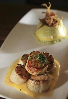 The scallops are served with a tasty hollandaise sauce.