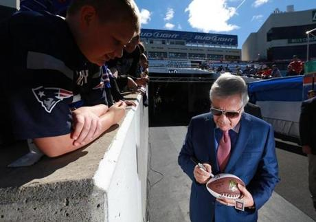 Robert Kraft signed an autograph for Matthew Gilbert, 12, of Buffalo before the season opener.