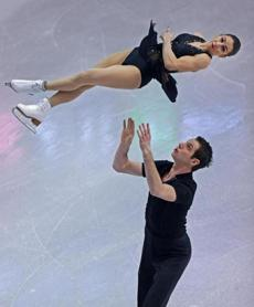 Marissa Castelli and Simon Shnapir scored 73.13 points, cruising into first place at the 2014 Prudential US Figure Skating Championships.