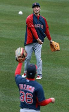 Relievers Koji Uehara( top) and Junichi Tazawa threw the ball in the rain.