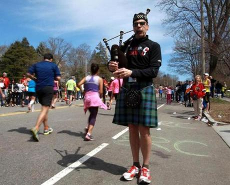 04-21-14, Newton, MA: Jim Waller of Baltimore played his bagpipes for runners climbing Heartbreak Hill in Newton, Mass. during the Boston Marathon, Mass. April 121, 2104. He plans to run Boston next year. Photo/John Blanding, Boston Globe staff story/, SPT( marathon )