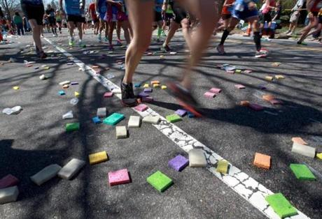 04-21-14, Newton, MA: Sponges discarded by runners form a pattern on Heartbreak Hill in Newton, Mass. during the Boston Marathon, Mass. April 121, 2104. Photo/John Blanding, Boston Globe staff story/, SPT( marathon )